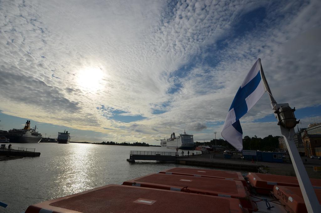 finland_flag_sea.jpg